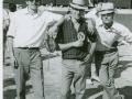 Jóvenes del pueblo un viernes de toros sobre 1970